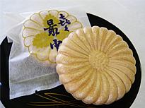 小菊の形の最中の皮に北海道小豆の粒餡がぎっしりと詰まっています。 1個108円 [table id=8 /] ※箱代込み  ※賞味期限は2週間